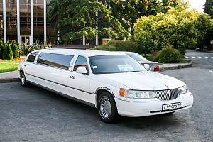Limo sitting outside of hotel