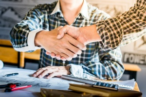 contracter shaking hands for new business with General Contractor Insurance